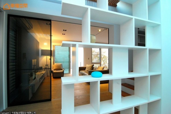 转以多角度的展示柜体,不仅提升了梯间行走的安全性,光影穿透之间也为居家细节挹注更多个人品味。