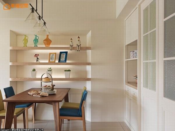 微调格局后的墙面,顺势增加备餐柜的收纳机能,设计师并利用墙面内切的畸零段落,佐以导弧修边的木作层架,打造引人注目的视觉焦点。