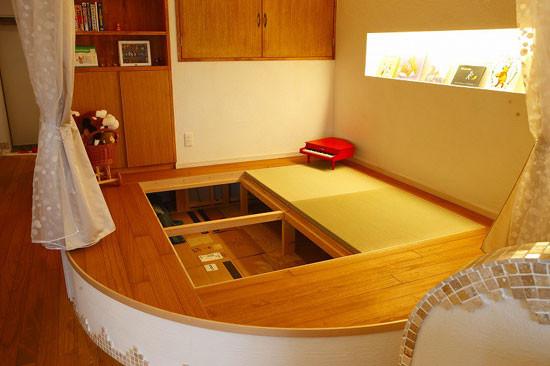 """更妙的是,揭开休憩室的木板,下面还隐藏了一个收纳柜。"""""""