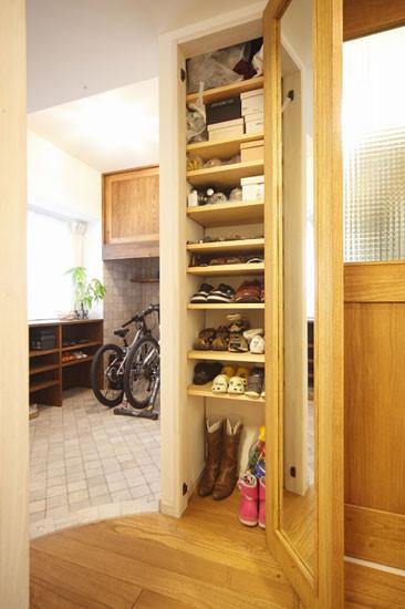 内嵌的鞋柜,极大地节省了空间,鞋柜门还可充当穿衣镜