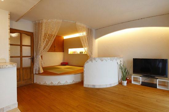 """宽阔的客厅,利用小矮墙隔出了一个休憩室,巧妙地利用了角落的空间"""""""