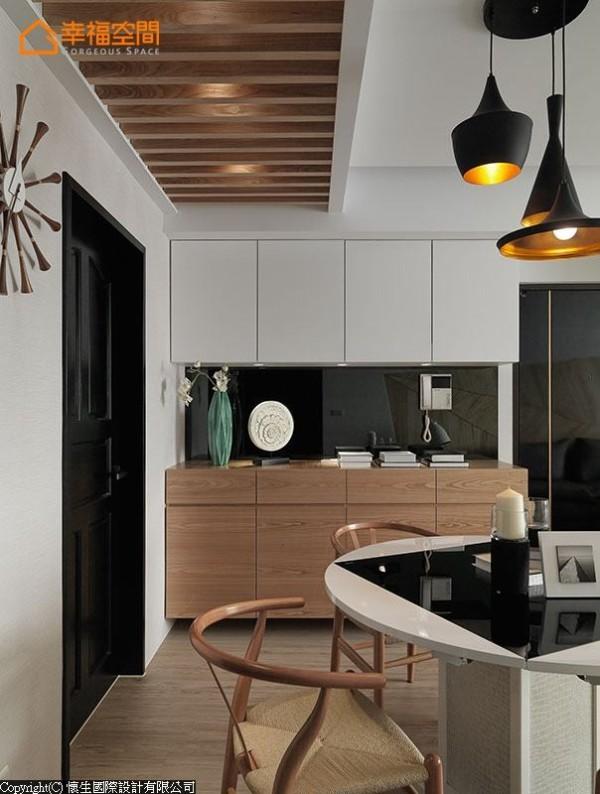 设计师运用大梁深度安排木作格栅,让整体氛围更见完整。