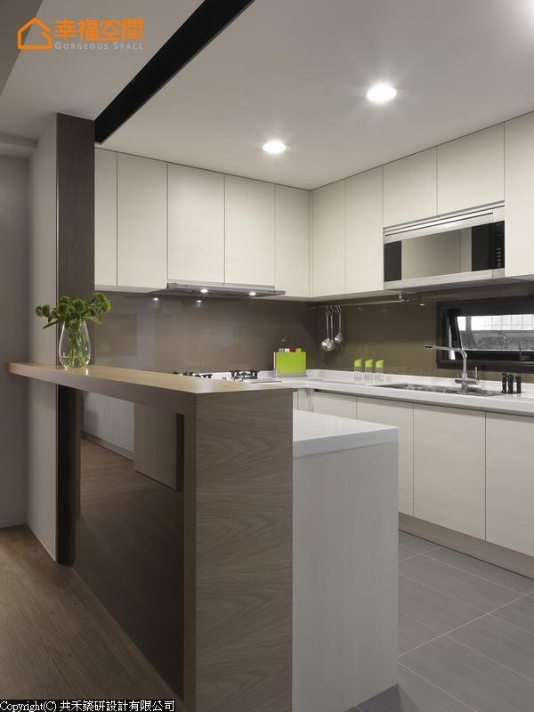 ㄇ字型的厨房规划,倚靠餐厅侧,加高的置物台面挡去由玄关而来的视线,遮去厨房凌乱的工作台面,保留自然采光。