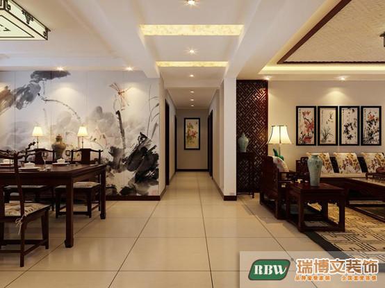 古朴不规则的博古架让沙发墙不再刻板单调,结合大师名画,沙发背景墙也可以变得很精彩。