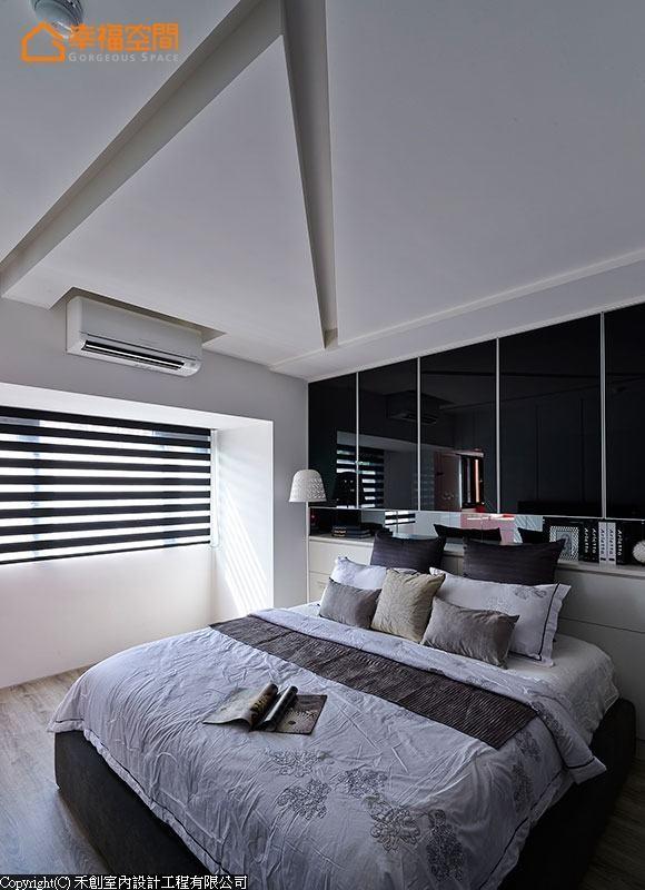 黑镜与铝框共塑的床头柜,另在平台处以黑镜铺陈,低调变化设计层次,而天花的切割造型,亦是呼应客厅概念,用以拉升不足屋高。