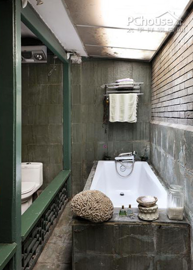 靠墙面的浴缸区域,可以借助于墙面来做收纳。小巧的挂架拥有上下两层置物空间,下方还可以悬挂毛巾,对浴缸区而言真是必不可少的收纳工具,让人可以完全放松的享受沐浴过程。