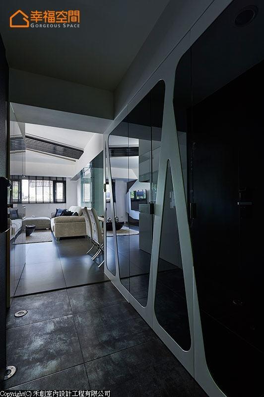 金属砖铺地的玄关立面,采黑玻与烤漆成几何线条呈现,隐藏鞋柜收纳与修饰结构柱体。