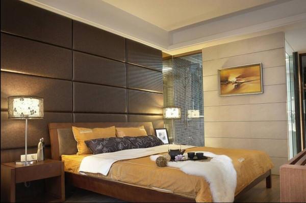 软包的卧室背景墙比单纯的装饰更有温暖的感觉。