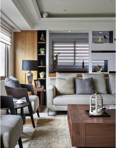 客厅与书房的隔间,以透明的黑玻衬底,长方几何切割规划展示、收纳空间,保留望向书房的采光与视野。
