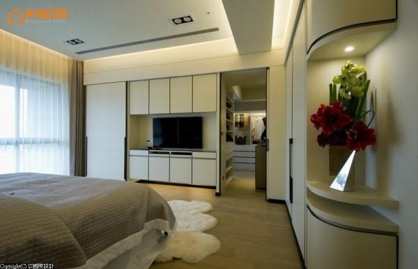 延续白底黑框的立面设计,规划主卧与隐藏式更衣间的收纳机能。