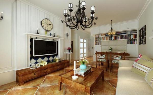 电视墙设计成了美式壁炉的造型,仿古的挂钟搭配上实木的电视柜,浓郁的乡村气息扑面而来。