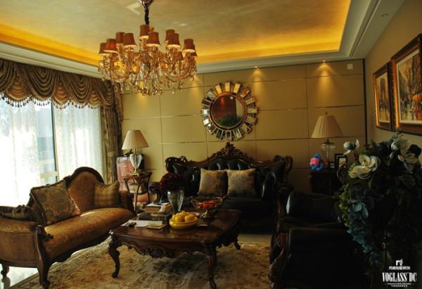 家具选用了颜色相对较深,同时充满质感的实木家具,造型古朴优雅,搭配同色系绒布窗帘,整体协调统一。设计师在征求了业主意见后,设计了一个古朴的镜子作为空间的装饰,营造历史感。