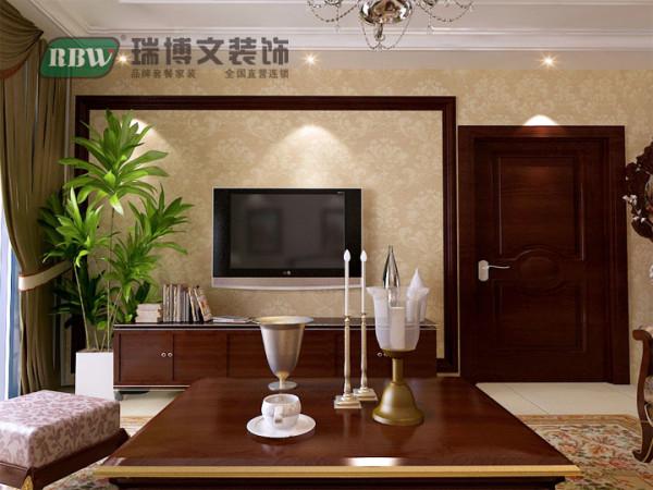 在空间设计、材料、色彩运用、家具装饰品陈设上,对传统欧式的简化,使之融入空间,简约时尚。