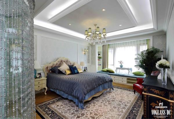 主卧室原有的采光度可利用的空间很大,因而主卧的阳台做了榻榻米。空间色调的应用上采用大面积的白色和浅蓝色,窗帘上有淡淡的黄绿,空间大气且充满活力,让空间的视觉效果处于极佳的状态。
