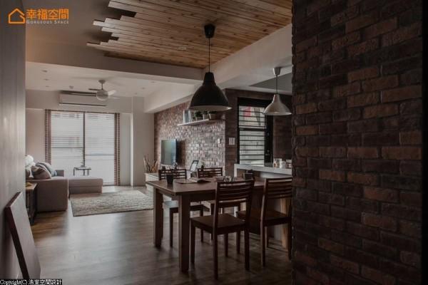 藉以橡木拼接、延伸而出的天际造型,定义用餐区块同时,巧妙释放屋高最大值。