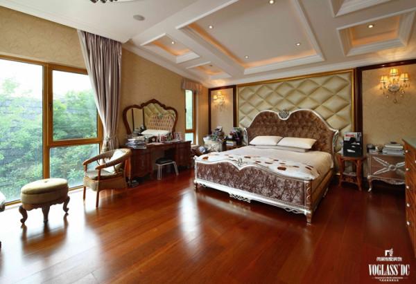 主卧是业主的睡眠区域,但设计师将偌大的面积划分为睡眠区和起居空间两个空间。落地窗前的空间作为起居空间,男女主人可以在这里交流讨论,或坐下静静享受阳光浴,品味生活。