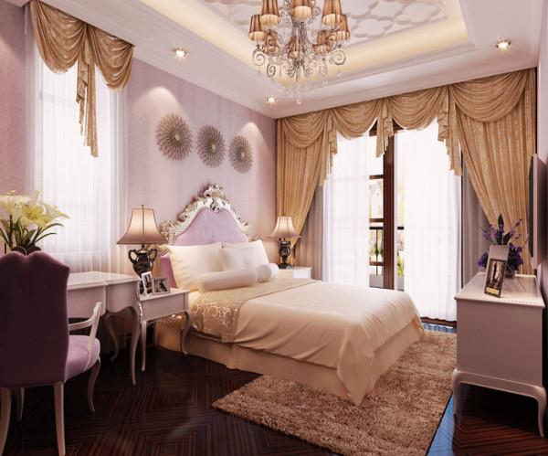 女儿房相较于主卧,在色调方面有明显差异。主卧以棕色为主色系,女儿房以粉色为主要色彩。粉色床品、粉色桌椅、粉色墙壁,打造出一个梦幻的浪漫空间,优雅舒适。