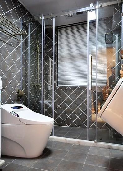 卫浴室的菱形砖线条感强烈,排列开来极为大气。用玻璃推拉门隔开干区和湿区 ,通透的质感把时尚气息带入卫浴室。
