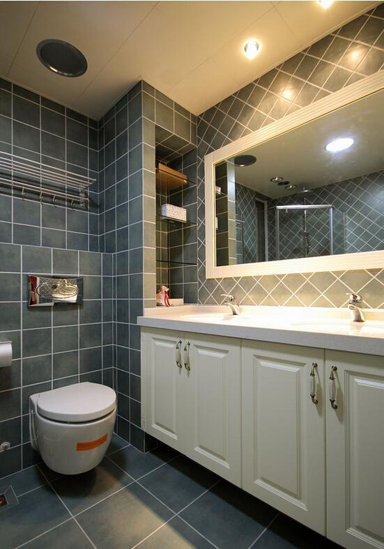卫生间包管之后留下的空间,用玻璃做隔板,利用墙壁本身的内嵌结构,不仅增加收纳区,而且不会占用额外的空间,一举二得。