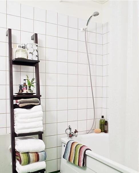 这样的架子可以放很多杂七杂八的浴室用品,如上图的毛巾、精油等等,而且还具有移动方便、看上去有腔调。