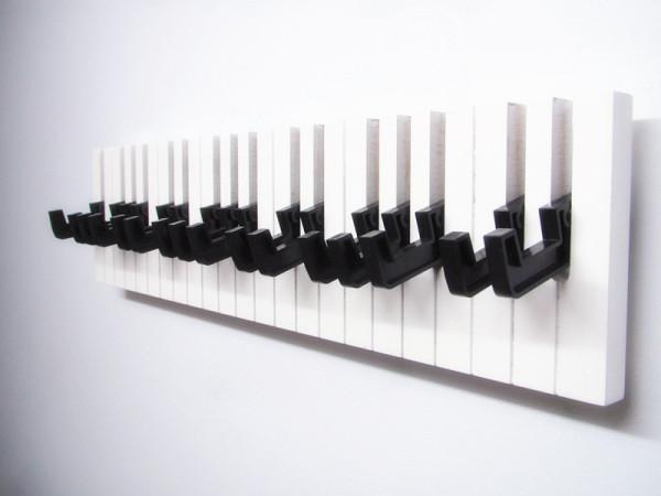 这么钢琴键是干嘛的呢?其实这是用在玄关处用来挂一些小物件的,很方便也挺好看、。