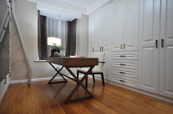 书房以开阔为主线,整面墙套入衣柜,用白色扩大空间感。房里仅有一桌一椅 ,再无杂物,显得干净利落。