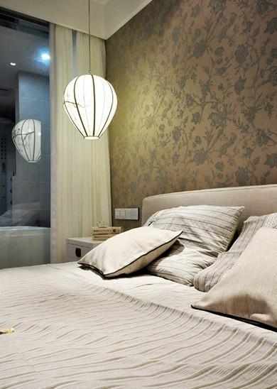 花草墙纸装饰着主卧墙面,买个灯笼设计的现代灯具,与之相衬再合适不过。