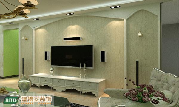 厅采用白色雕花和壁纸结合做的电视背景墙,电视背景墙和沙发的颜色相协调,采用淡淡的绿色,吊顶采用大型水晶吊灯,包括餐厅的灯具以及卧室的灯具。