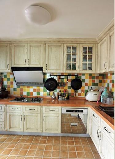 厨房的全景效果看看,非常的宽敞,地中海风格的瓷砖,米白色实木橱柜。