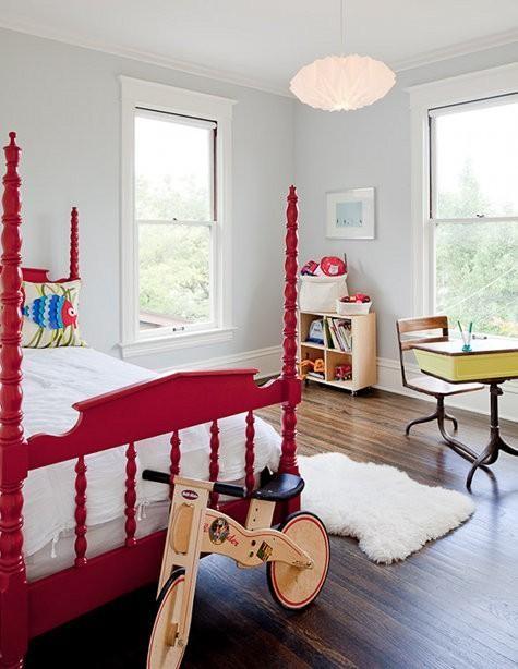 红色儿童床鲜艳显眼,房间里随意搭配小孩书桌与收纳柜,看似散漫,实际是映 衬孩子的天真、无拘无束的性子。