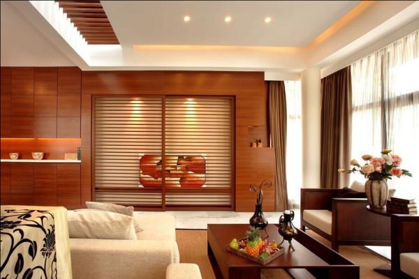 客厅一侧面上的镂空线条装饰,增添了空间的层次感。