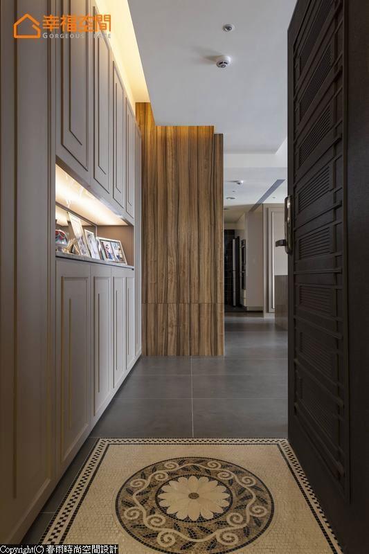 马赛克细拼的图腾壁砖,在入口处彰显设计师的细腻与不凡品味。