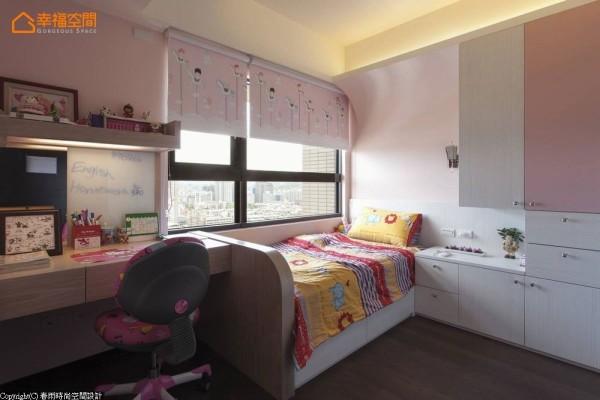 衣柜收纳容量充足的女孩房,以柔美浪漫调性呈现。