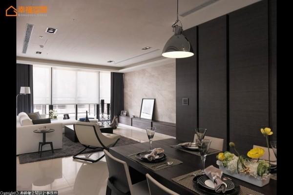 形式开放的餐区安排,以一盏主灯加重了空间当中的视觉质量。