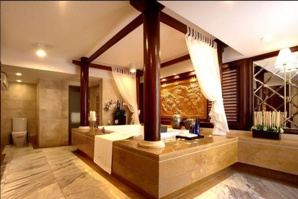 原来作为起居室的部分,设计师将它改成了一个超级豪华的浴室。