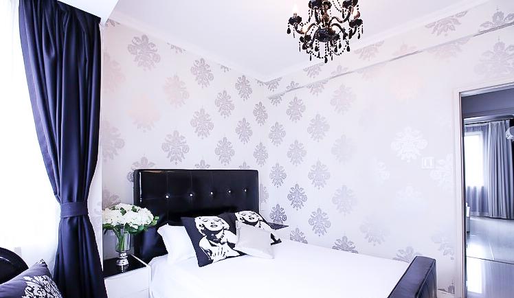 新古典风格 四居室装修 原木家具 环保材料 164㎡装修 实用收纳 卧室图片来自居佳祥和装饰在异类黑色164㎡黑色新古典装修的分享