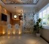 敞开式的厨房,以菱形的玻璃和镂空的玻璃材质的玄关,增加整个居室的空间感。