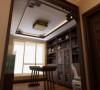 书房的书架是非常精心挑选的,加上古董花瓶的点缀。业主平时喜欢写书法,设计师选的棕色檀木书法桌让人爱不释手