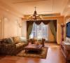 整个客厅没有什么复杂的造型但是方案中通过对窗帘以及沙发颜色和样式的把握让整个空间变得更加和谐温暖。