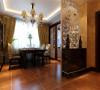 """继承了传统欧式风格的装饰特点,吸取了其风格的""""形神""""特征。 亮点:欧式风格餐桌、墙面壁纸再结合顶面直线的发光吊顶使整个餐厅的空间层次感更强。"""