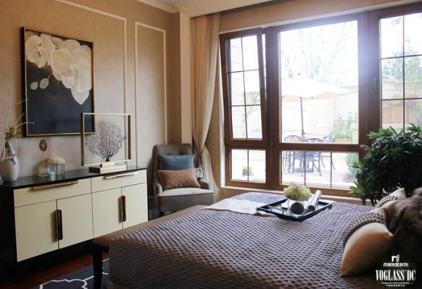 这是为客人准备的一间卧室,因此相对整体的别墅装修设计以更加温和。