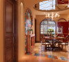 圆形的餐桌和吊顶以及拱形的墙面造型,阳台哑口,厨房窗格这相互呼应使得空间的整体的感更强。