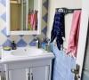 卫生间以抢眼的蓝色为主调