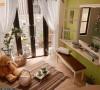 设计师延揽窗外花园景观进入室内,在视野串联间,形塑内外共享的休闲角落。