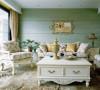 沙发背景墙采用浅绿色,让整个空调透出一种清新的气质,加上碎花沙发和灯具镜子的点缀,进入客厅有一种走入美国村庄的美好。