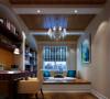 客厅的以白色调为主,米黄色壁纸,加上暗褐色的地板。色彩的同一,整个空间和谐共处,浑然一体,皮质沙发组合有着凹凸感以及流畅的木质曲线,将欧式家居的奢华与现代家居的实用性完美地结合。