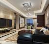 通过用镜面和瓷砖装饰的电视墙,有效的在视觉上拉伸的客厅空间的纵深。顶部装饰的石膏贴花使传统的有造型的吊顶更加丰满。交错的地面拼花是客厅空间更加丰富。