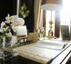 黑色的书桌简单流畅,伏桌而作也是一种精神的享受