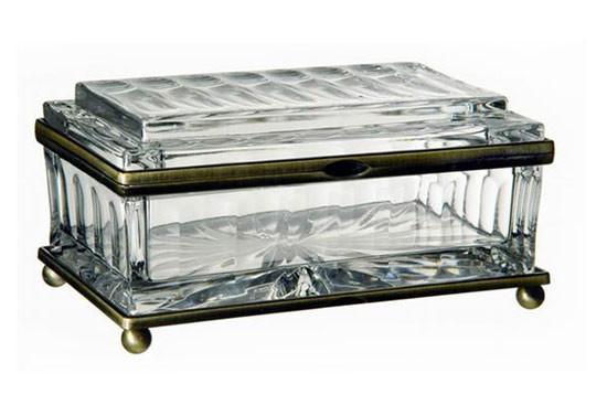 有着公主般的高贵,晶莹剔透的首饰盒。可以把心爱的首饰一边完好的保存,一边像你展示其中的美。