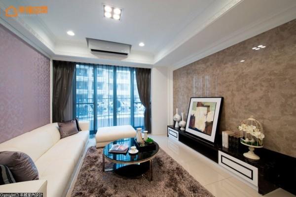 电视主墙使用波斯灰大理石,机柜则使用黑金锋大理石,藉由自然石材的铺陈与搭配,演绎奢华不凡。